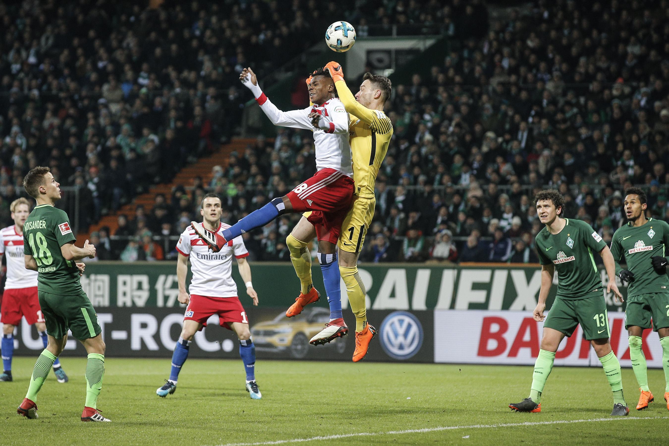 Gideon Jung ( HSV ) beim Kopfball gegen Torwart Jiri Pavlenka ( Bremen ) .