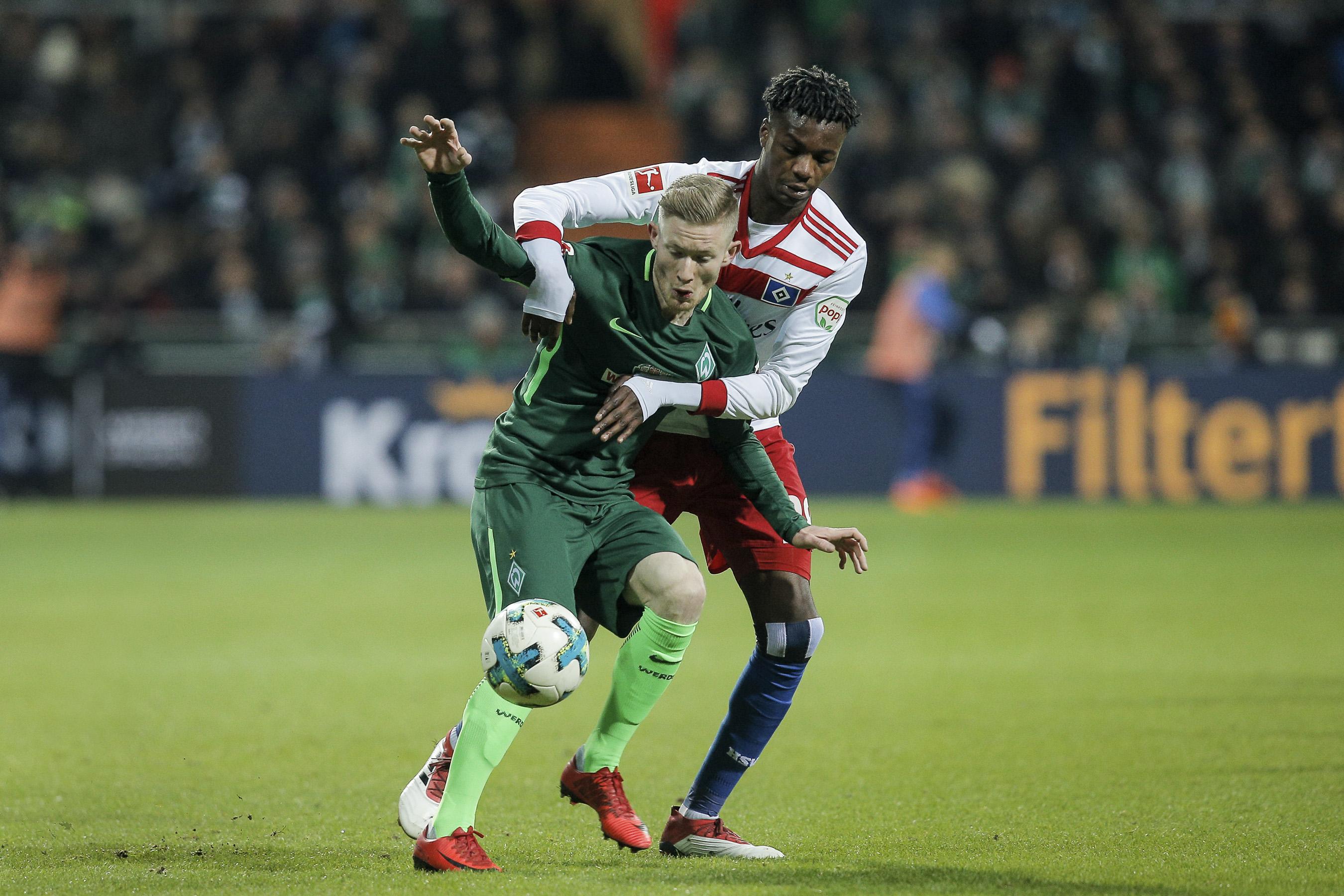 Florian Kainz ( Bremen ) im Zweikampf gegen Gideon Jung ( HSV ).
