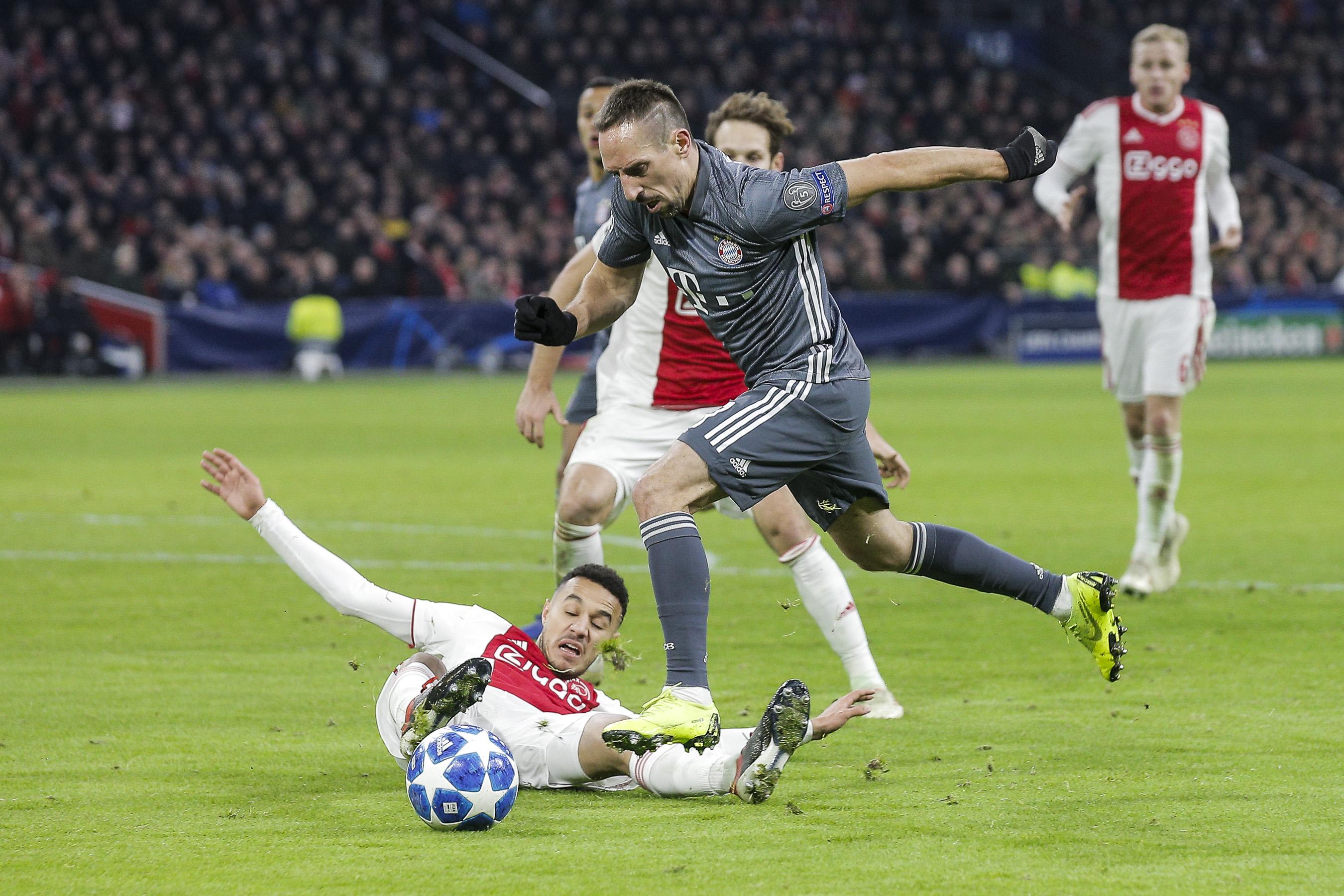Franck Ribery ( Bayern ) im Zweikampf gegen Noussair Mazraoui ( Amsterdam ).