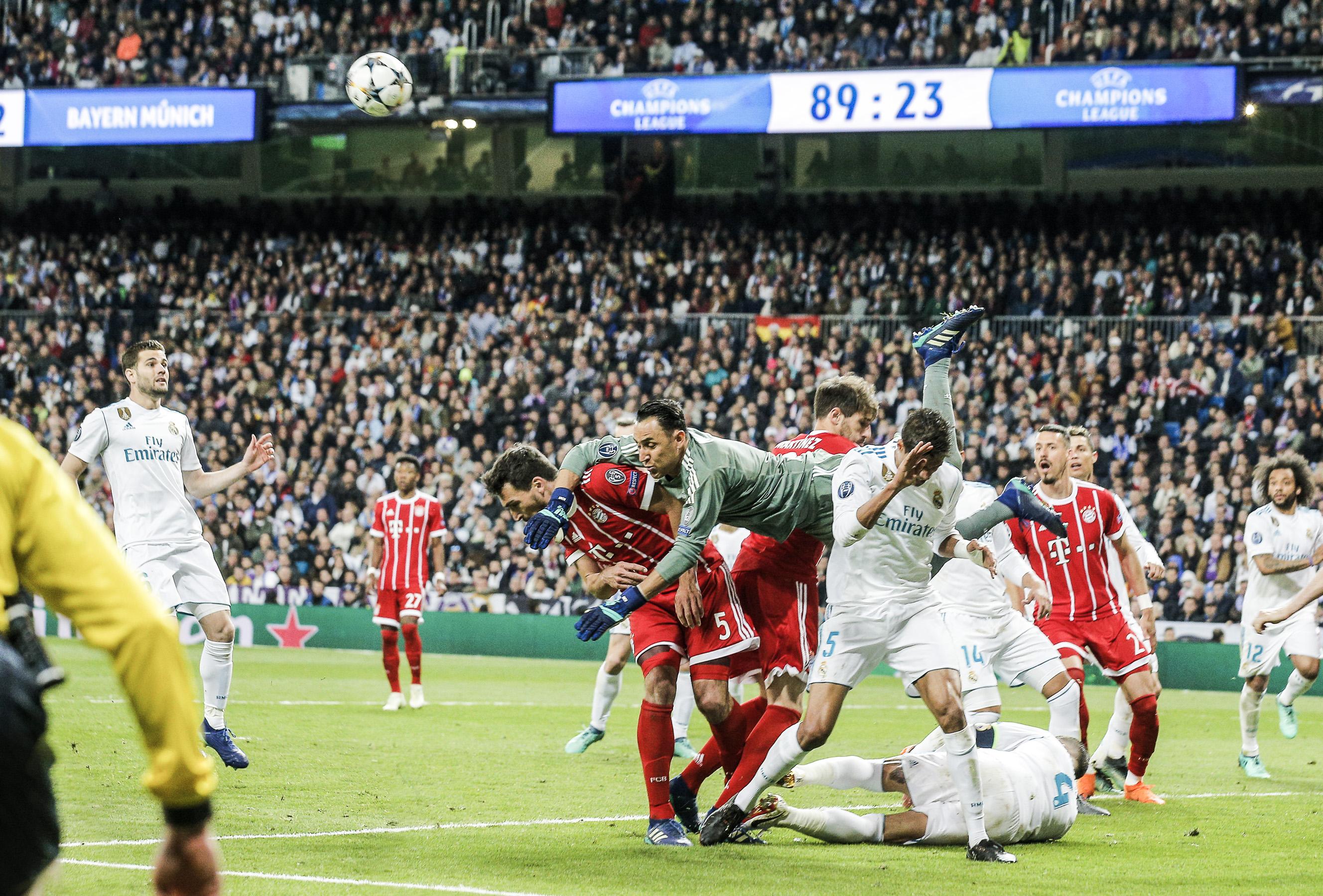 Torwart Keylor Navas ( Madrid ) klärt gegen Javi Martinez ( Bayern ).