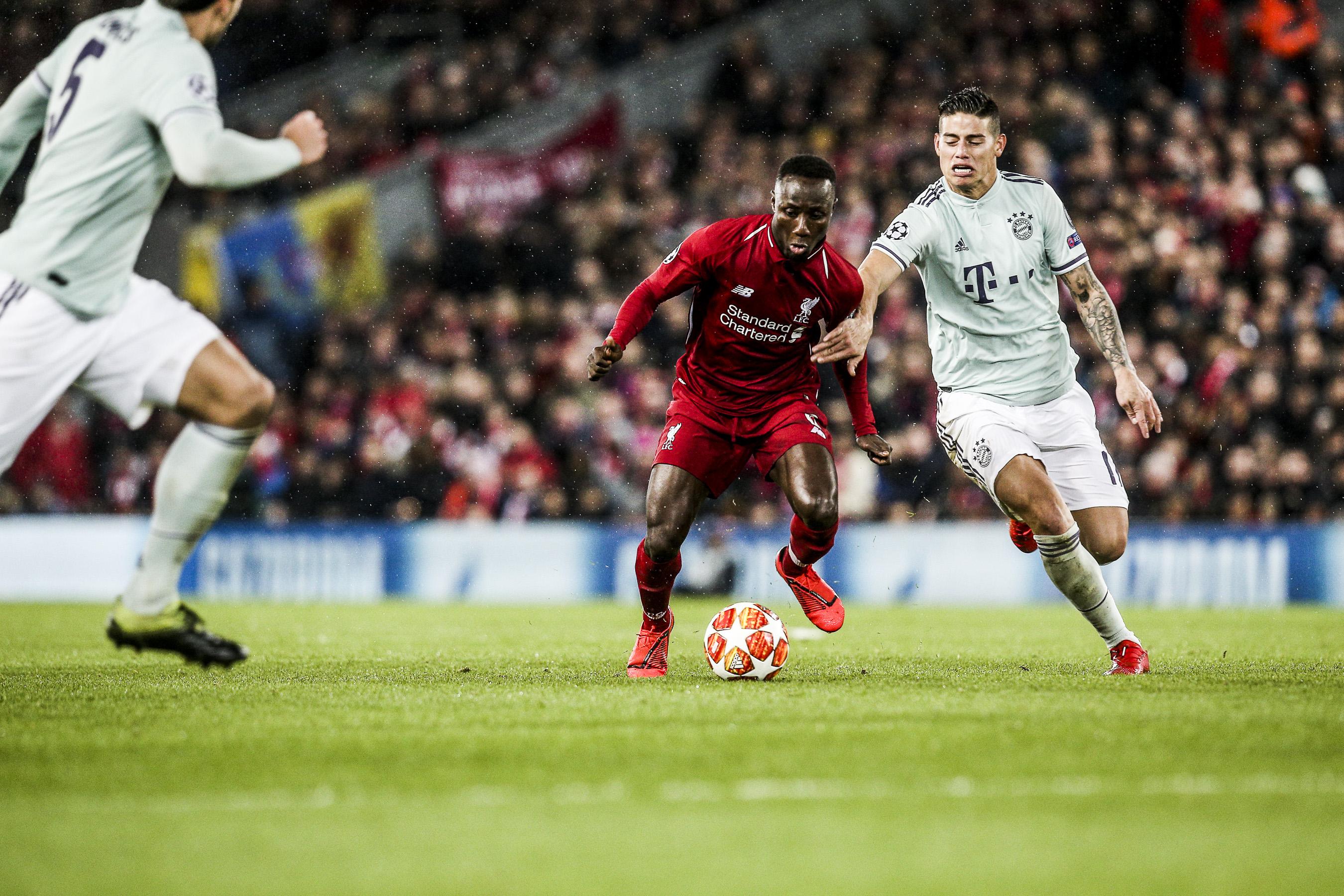 Naby Keita ( Liverpool ) im Zweikampf gegen James Rodriguez ( Bayern )