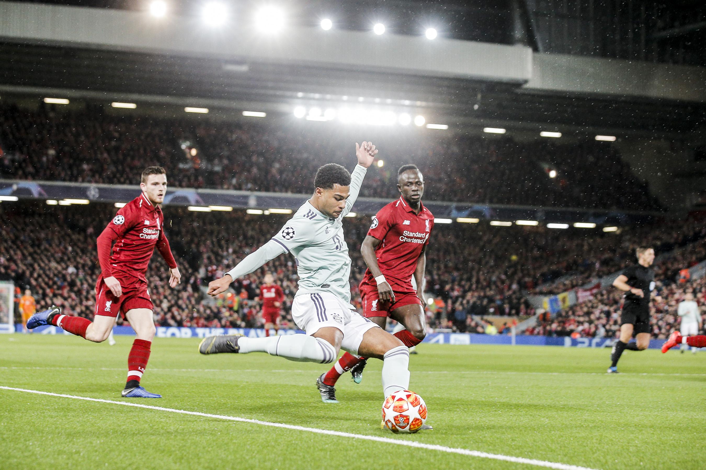Serge Gnabry ( Bayern ) flankt gegen Sadio Mane ( Liverpool )