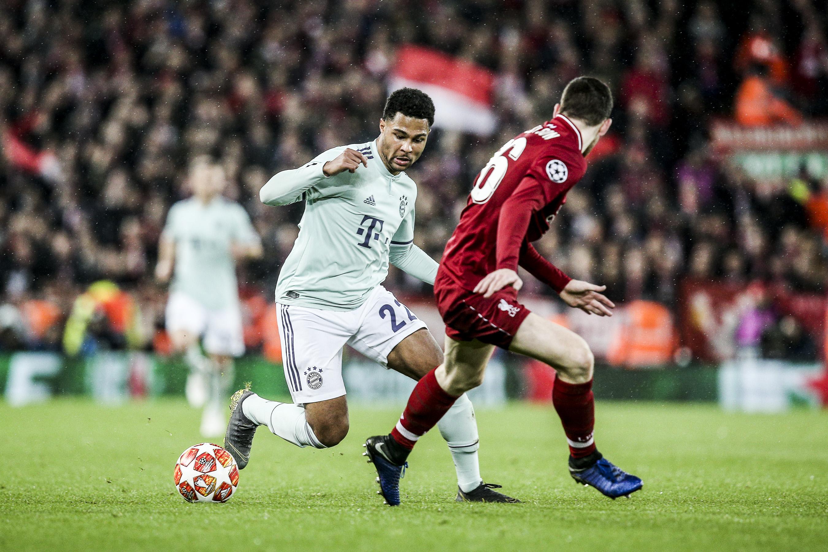 Mohamed Salah ( Liverpool ) im Zweikampf gegen David Alaba ( Bayern )